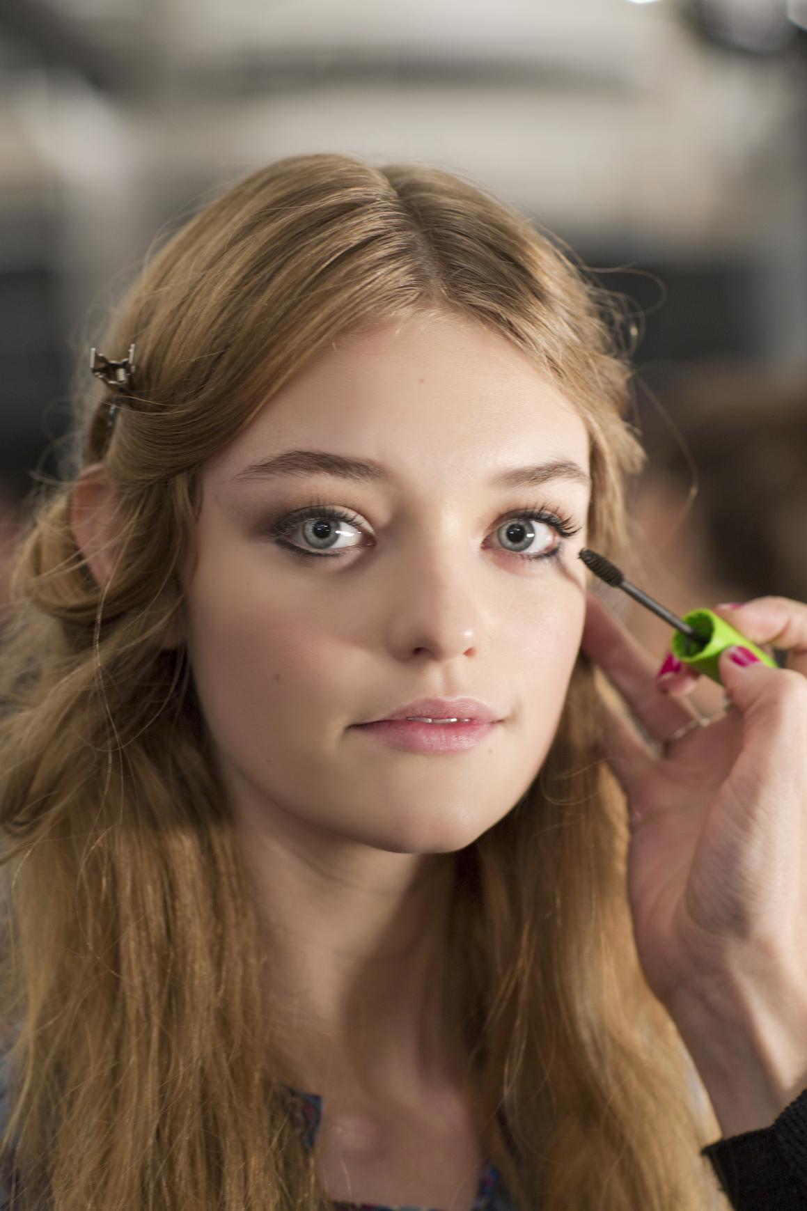 how to apply mascara